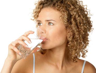 Сколько воды в день необходимо выпивать человеку?